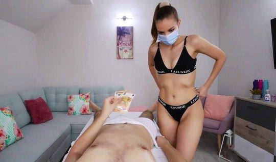 Молодая массажистка в маске и ее клиент занимаются съемками домашнего ...