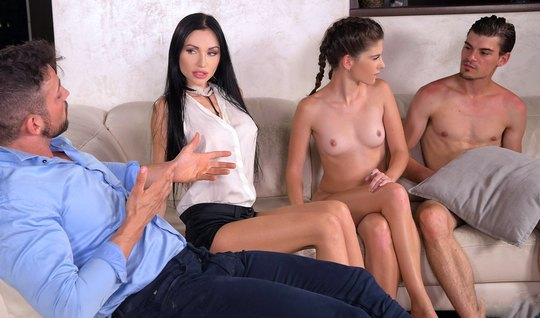 Во время группового секс молодые брюнетки получают двойное проникновен...