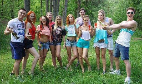Русские девушки на природе решили подарить парням реальную оргию в раз...