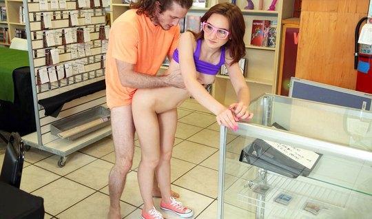 Парень с распущенными волосами трахается с красоткой в очках в магазин...