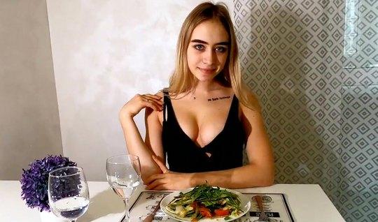 Русская девушка не против домашнего порно в чулках и трахается с мужчи...