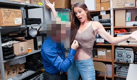 Мужчина в деловом костюме трахает худышку в небольшом офисе...