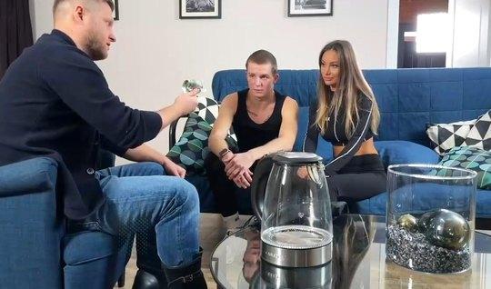 Парень сидя на кресле смотрит на то, как его русская девушка изменяет ...