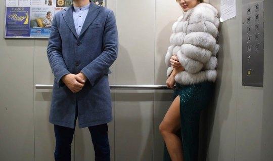 Русская девушка прямо в лифте занимается классическим сексом и кончает...