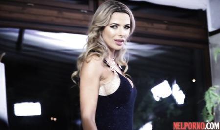 Красавица с большими сиськами во время домашнего порно подставляет попу для анала
