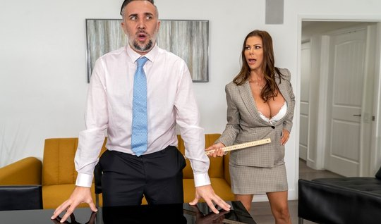 Мамка в офисе светит большими дойками и занимается сексом на столе с п...