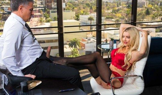 В офисе секретарша разделась до гола и подставила свою тугую пилотку д...