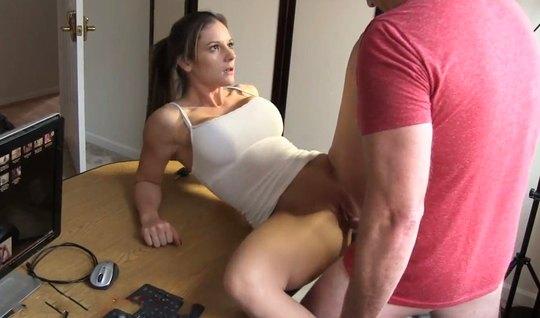 Девушка задрала топик и спустила трусики для домашнего порно прямо на ...