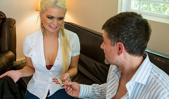 Татуированная мамка блондинка и ее любовник снимают откровенное порно ...