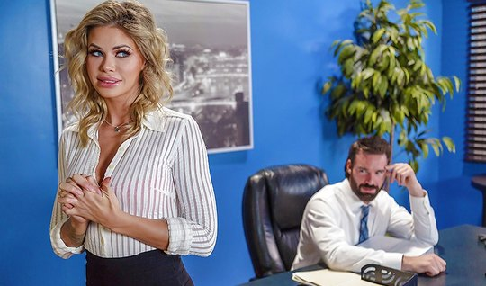Начальник трахает похотливую секретаршу в офисе на небольшом столе...