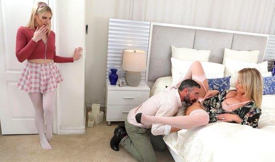 Отчим в спальне трахает мамку и ее дочку лесбиянку, доводя телок до ор...