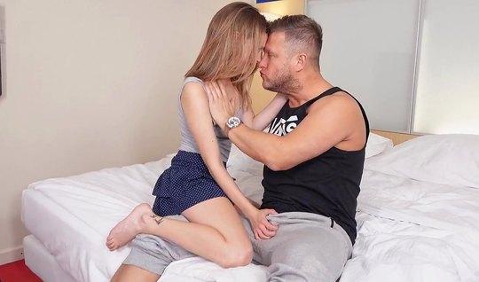 Русская молодая девушка раздвигает ноги и подставляет попку для анала...