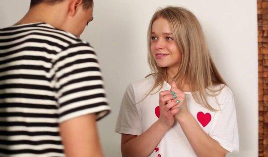 Русская молодая девушка сделала минет и в разных позах дает себя траха...