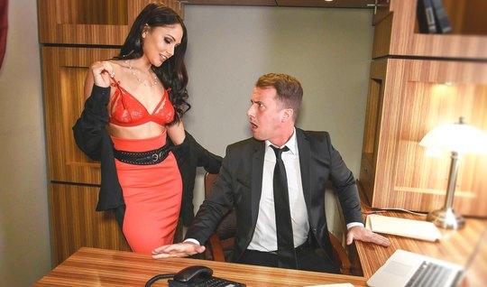 Крепкий мужик дерет роскошную секретаршу с идеальной фигурой...