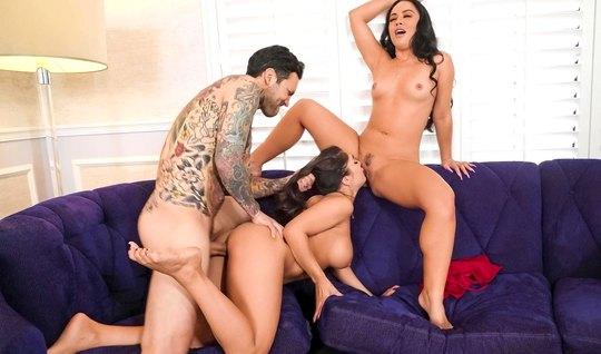 Татуированный мужик во время групповухи трахает жену и ее молодую подр...