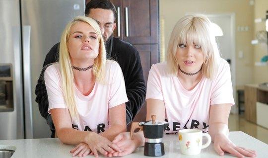 Две блондинки на кухне и в гостиной в позе раком кончают от группового...
