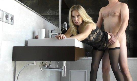 Русская телка в чулках в позе раком наслаждается домашнем порно...