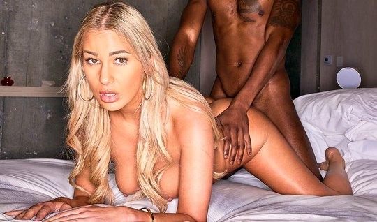 Блондинка с негром на видео камеру снимают свое порево и трахаются до ...