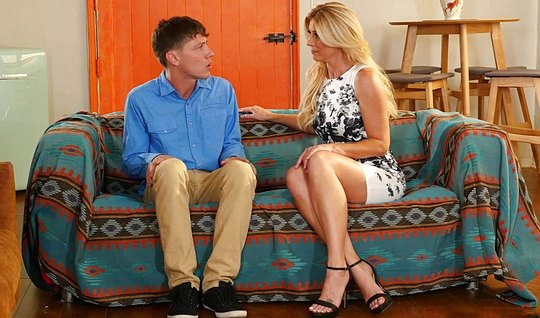Белокурая мамка соблазнила сына для страстного траха на диване...