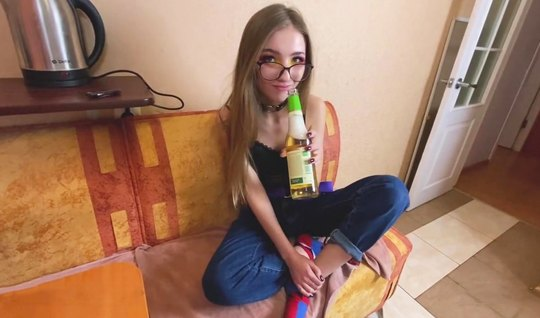 Русская худая девушка в очках была рада съемке домашнего порно от перв...