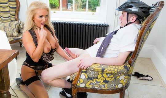 Белокурая ммка трахает велосипедиста с огромным членом между ног...