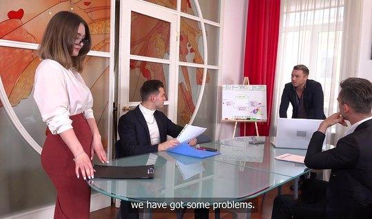 Русская девушка секретарша не прочь получить двойное проникновение во ...