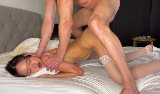 Молодая азиатка во время японского порно испытывает анальный оргазм...