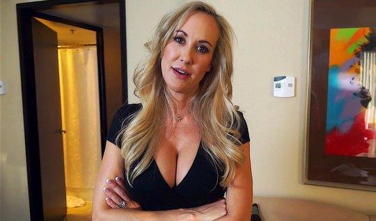 Зрелая мамка не отказала пасынку в съемке домашнего порно видео