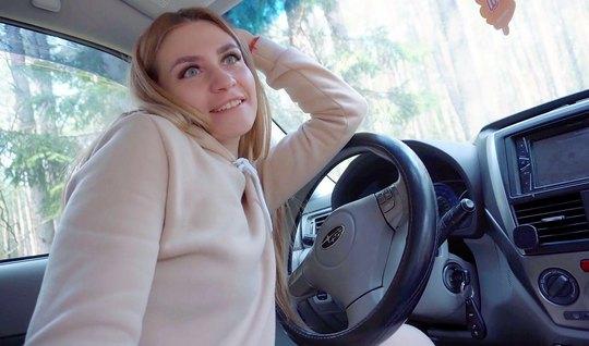 Русская мамка прямо в машине остановилась на природе и подставила киск...
