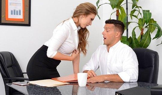 Белокурая секретарша пышными сиськами соблазнила начальника