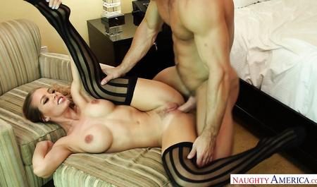 Сексуальная блондинка с большими сиськами трахается с любовником