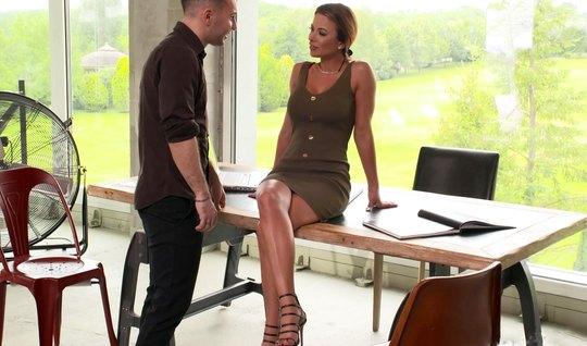 Секретарша с большими дойками на столе дает себя трахать в полном объе...