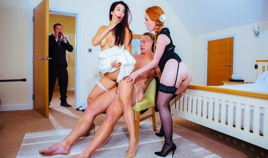 Рыжая развратница в чулках и ее подруга брюнетка изменяют мужьям во вр...