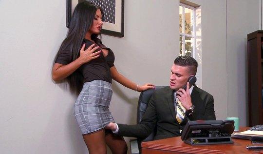В офисе девушка в чулках наслаждается сексом прямо на столе и кончает...