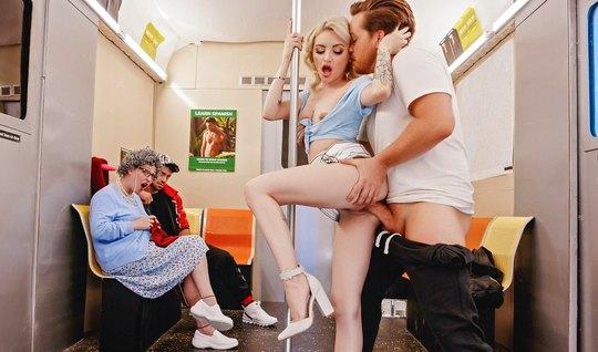 На публике худая блондинка вместе с другом занимаются сексом и кончают...