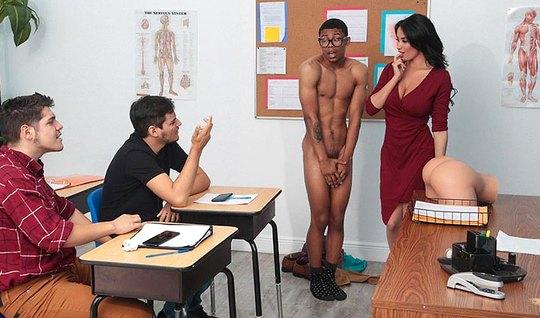 Накаченный негр прямо в классе трахает сексапильную мамку учительницу...