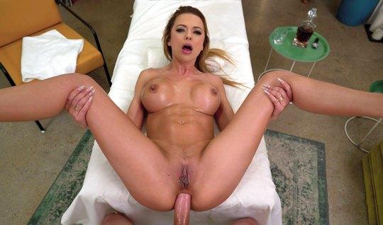 Блондинка с большими дойками после массажа наслаждается анальным сексо...