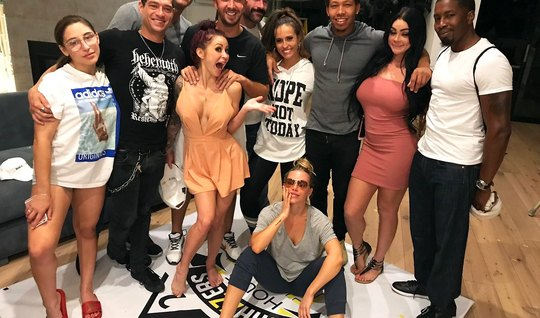 Во время порно пародии звезды секса устроили настоящую групповуху...