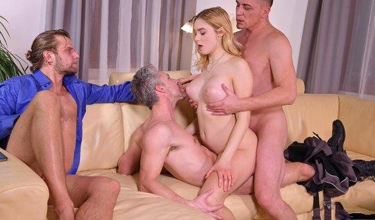 Три мужика решили подарить одной блондинке анал с двойным проникновени...