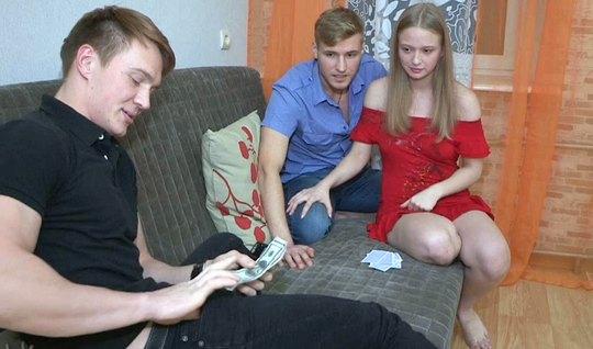 Молодая русская девушка изменяет своему другу, а тот ловит кайф от это...