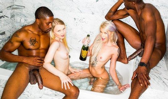 Негры трахают толпой сексуальных блондинок с длинными ногами