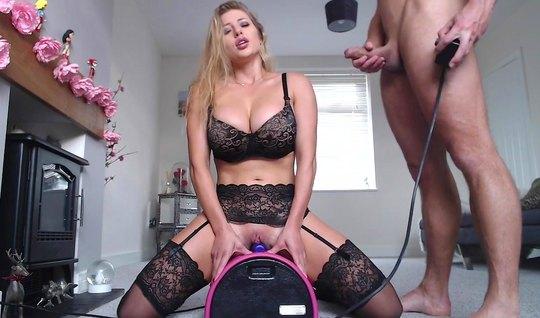 Красавица в чулках для начала попрыгала на секс игрушке, а после на чл...