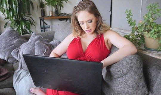 Мамка с большими сиськами и ее любовник снимают порно от первого лица...