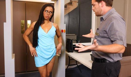 Мулатка сняла свое платье и раздвинула ноги для анального траха