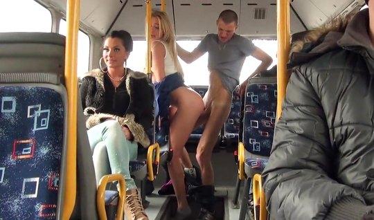В публичном транспорте парень и девушка занимаются сексом на разных си...
