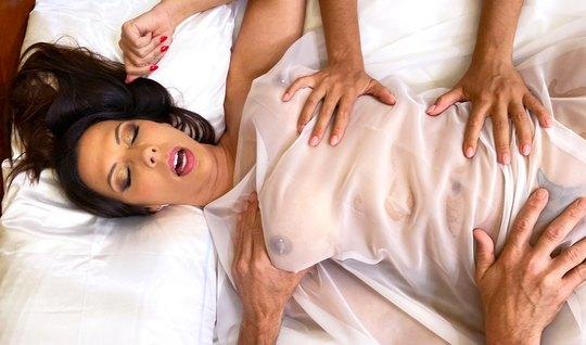 Лысый мужчина соблазнила брюнетку с большими дойками после эротическог...