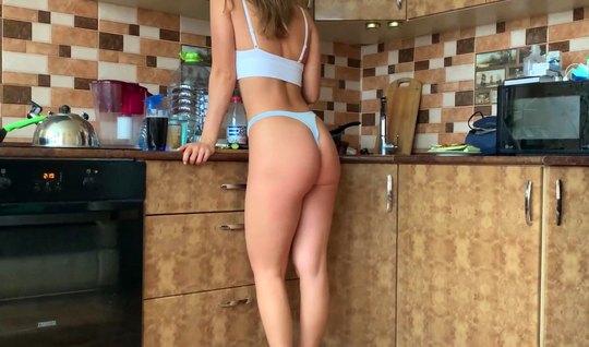 Девушка во время домашнего порно подставляет большую попку для любви и...