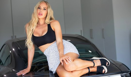 Блондинка с большими дойками раздвигает ножки и подставляет сочную щел...
