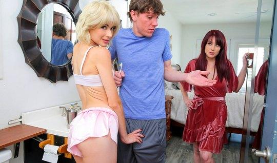 Блондинка соблазнила парня подруги на секс и спустила перед ним трусик...