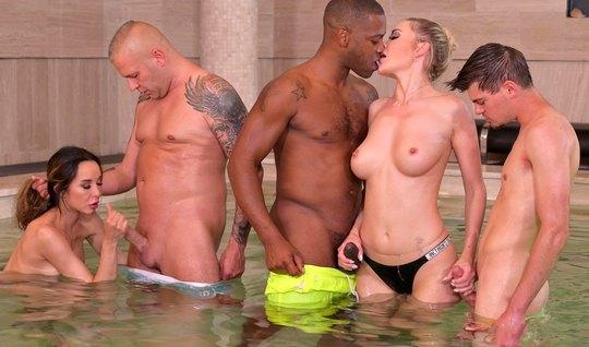 Мужчины прямо в бассейне дарят шлюшкам двойное проникновение со спермо...